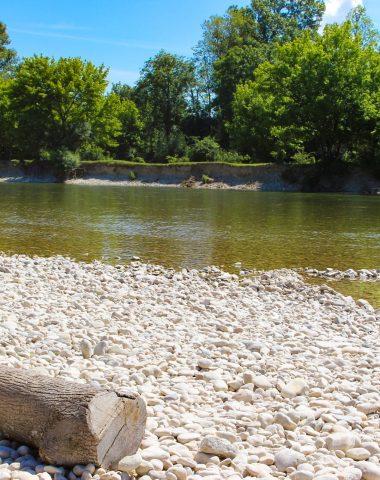 des plages de galets qui invitent à la baignade ou à la balade autour de la rivière d'Ain