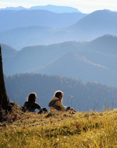 Couple en séjour en moyenne montagne