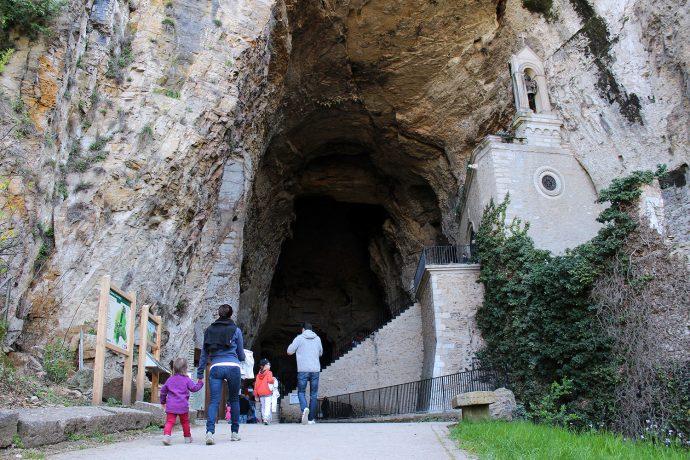 Porche d'entrée des Grottes de La Balme