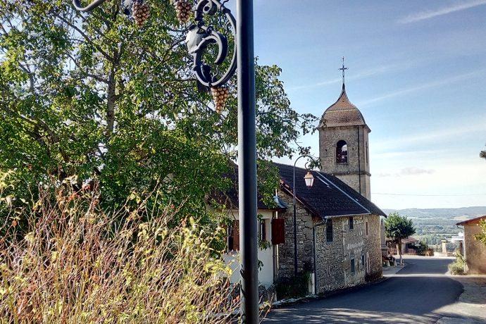 Cave Peillot et l'église du village