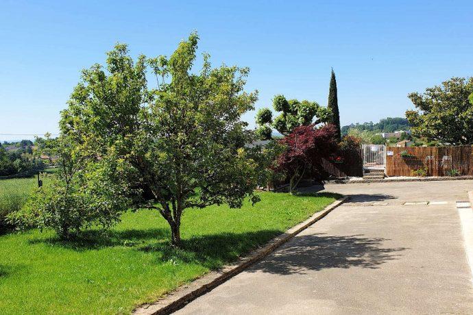 Jardin avec tables et barbecue